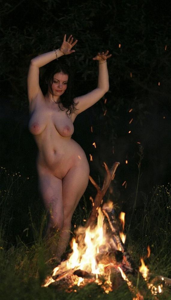 Голые девушки танцуют фото